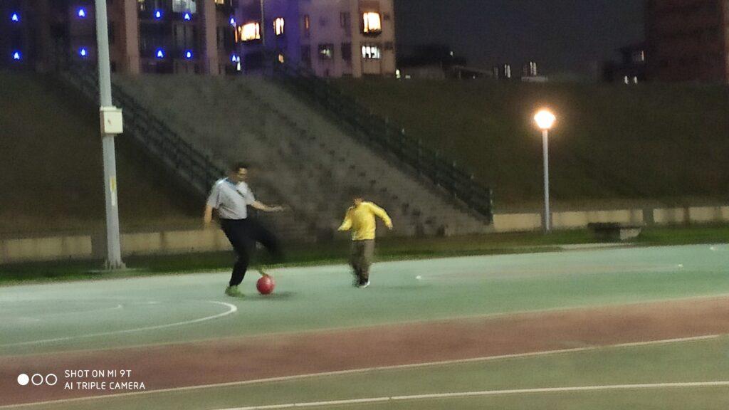 爸爸跟孩子玩球